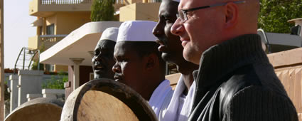 Hubl Greiner mit Sufi-Musikern im Sudan